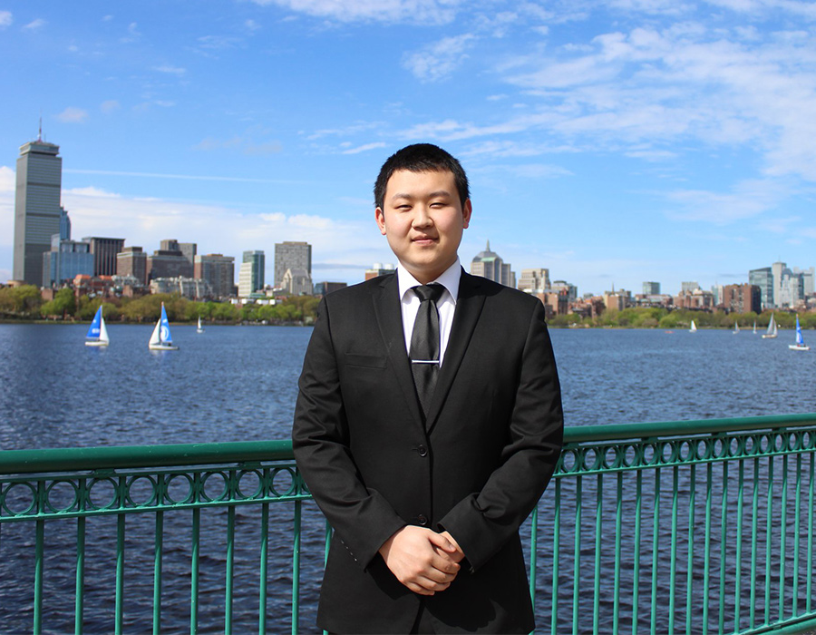 Undergraduate Chemistry Major 米勒棕褐色 poses in front of the Boston skyline